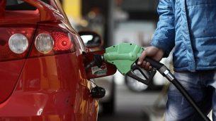 صورة توضيحية: تعبئة مركبة بالوقود في محطة وقود إسرائيلية.(Kobi Gideon/Flash90)