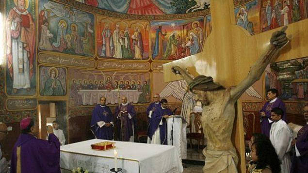 ا بطريرك القدس للاتين فؤاد طوال، ، رئيس الكنيسة الكاثوليكية الرومانية في الأراضي المقدسة ، يحضر قداس الأحد قبيل عيد الميلاد في الكنيسة اللاتينية في غزة في 16 ديسمبر 2012. (Abed Rahim Khatib/Flash90)