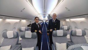 صورة توضيحية: مصيفي شركة 'ال عال' على متن طائرة، 23 اكتوبر 2013 (Yossi Zeliger/FLASH90)