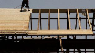 توضيحية: عامل على السقف في موقع بناء في القدس، 5 أغسطس، 2015.  (Nati Shohat/Flash90)