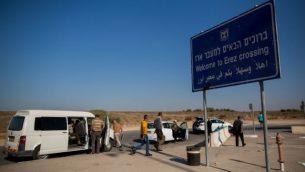 فلسطينيون يستعدون لاجتياز الحدود من إسرائيل إلى قطاع غزة عبر معبر إيرز، 3 سبتمبر، 2015. (Yonatan Sindel/Flash90)