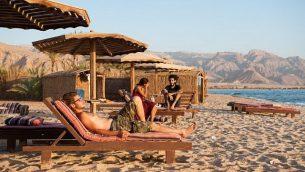 إسرائيليون يتمتعون بعطلتهم على شاطئ Paradis Sweir الواقع على ضفاف البحر الأحمر في جنوب سيناء، مصر، خلال عيد السوكوت اليهودي، 15 أكتوبر، 2016. (Johanna Geron/FLASH90)