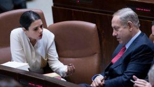رئيس الوزراء بنيامين نتنياهو، إلى اليمين، يتحدث مع وزيرة العدل أيليت شاكيد في الكنيست، 21 ديسمبر / كانون الأول 2016. (Yonatan Sindel/Flash90)