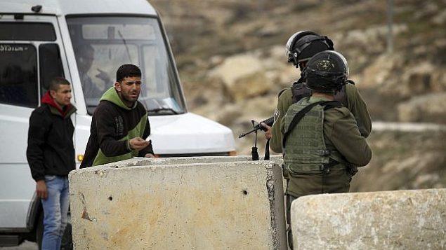 صورة توضيحية: ضباط شرطة الحدود عند نقطة تفتيش بالضفة الغربية، يناير 2017. (Wisam Hashlamoun/Flash90)