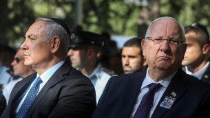 الرئيس رؤوفين ريفلين (يمين) ورئيس الوزراء بنيامين نتنياهو، خلال مراسم إحياء ذكرى مرور 23 عاما على اغتيال رئيس الوزراء الراحل يتسحاق رابين، التي عقدت في مقبرة جبل هرتسل في القدس، في 21 أكتوبر 2018. (Marc Israel Sellem/POOL)