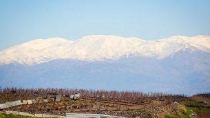 صورة للثلوج تغطي جبل الشيخ في شمال إسرائيل، كما يظهر من طريق رقم 886، 8 مارس، 2019. (Yaakov Lederman/Flash90)