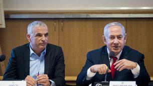 رئيس الوزراء بنيامين نتنياهو (يمين) ووزير المالية موشيه كحلون في القدس في 11 مارس 2019. (Aharon Krohn/Flash90)