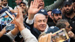 رئيس الوزراء بنيامين نتنياهو يزور سوق 'هاتيكفا' في تل ابيب، 2 ابريل 2019 (Flash90)