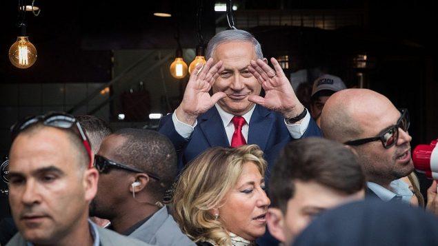رئيس الوزراء بنيامين نتنياهو خلال جولة في إطار حملته الإنتخابية في سوق محانيه يهودا في القدس، 8 أبريل، 2019. (Yonatan Sindel/Flash90)