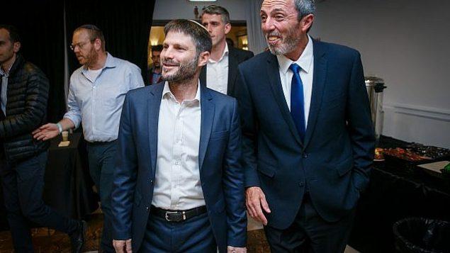 المناصرون يستقبلون قائد 'اتحاد أحزاب اليمين'، رافي بيرتس (من اليسار) وعضو الكنيست بتسلئيل سموتريتش في مقر الحزب، 9 أبريل، 2019.  (Flash90)