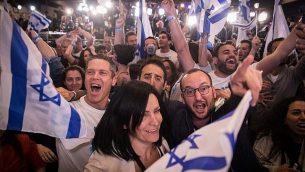 """يحتفل مؤيدو التحالف السياسي """"أزرق-أبيض"""" بعد مشاهدة استطلاع تلفزيوني في مقر حملة الحزب في تل أبيب في 9 أبريل 2019. (GALI TIBBON / AFP)"""