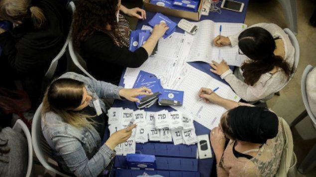 يقوم الإسرائيليون بحساب الأصوات المتبقية للجنود والغائبين في البرلمان في القدس، بعد يوم من الانتخابات العامة، 10 أبريل 2019. (Noam Revkin Fenton/Flash90)