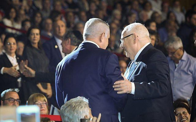 رئيس الوزراء بنيامين نتنياهو (من يسار الصورة) ورئيس الدولة رؤوفين ريفبين يشاركان في حدث لإحياء ذكرى جنود إسرائيليين قُتلوا في أرض المعركة في القدس، 14 أبريل، 2019. (Noam Revkin Fenton/Flash90)