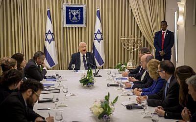 أعضاء من حزب 'أزرق أبيض' يلتقون برئيس الدولة رؤوفين ريفلين في مقر إقامة الرئيس في القدس، 15 أبريل، 2019. (Yonatan Sindel/Flash90)