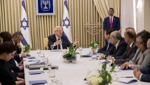 اعضاء قائمة الجبهة-العربية للتغيير يلتقون بالرئيس رؤوفن ريفلين في منزل الرئيس في القدس، 15 ابريل 2019 (Yonatan Sindel/Flash90)