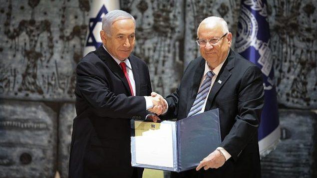رئيس الوزراء بنيامين نتنياهو والرئيس رؤوفن ريفلين في منزل الرئيس في القدس، 17 ابريل 2019 (Noam Revkin Fenton/Flash90)