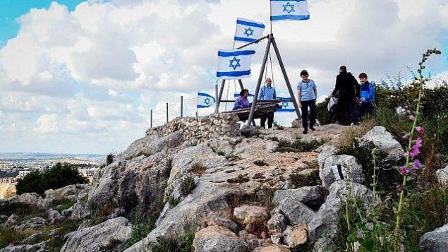 إسرائيليون يزورون مستوطنة بدوئيل الإسرائيلية في الضفة الغربية، 22 أبريل، 2019. (Flash90)