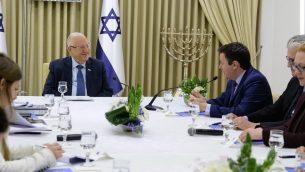 اعضاء حزب 'يسرائيل بيتينو' يتلقون بالرئيس رؤوفن ريفلين في منزل الرئيس في القدس، 16 ابريل 2019 (Mark Neiman/GPO