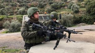 توضيحية/ جنديان إسرائيليان في موقع هجوم إطلاق نار بالقرب من مفرق أريئيل في شمال الضفة الغربية، 17 مارس، 2019.  (Israel Defense Forces)