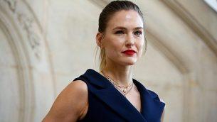 بار رفائيلي في صورة لها خلال عرض أزياء في باريس، 26 فبراير، 2019. (AP Photo/Thibault Camus)