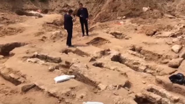 قبور إسلامية تم اكتشافها في موقع بناء في يافا، مايو 2018.  (Screenshot: YouTube)