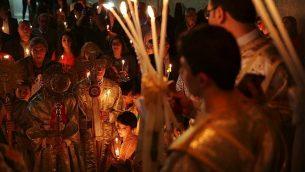 مسيحيون أرثوذكس في قداس احتفالي بمناسبة عيد الفصح في كنيسة القديس بروفيريوس في مدينة غزة، 15 أبريل، 2017.  (AP Photo/Adel Hana)