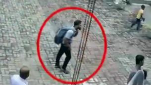 صور من كاميرات المراقبة تظهر انتحاريا يحمل حقيبة ظهر قبل ثوان من دخوله كنيسة في نغومبو، سريلانكا، 21 أبريل، 2019.(screen capture: Twitter)