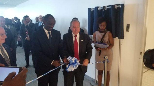 وزير خارجية رواندا ريتشارد سيزيبيرا، ومدير عام وزارة الخارجية الإسرائيلية يوفال روتم، يفتتحان سفارة اسرائيلية جديدة في كيغالي، رواندا، 1 ابريل 2019 (courtesy MFA)