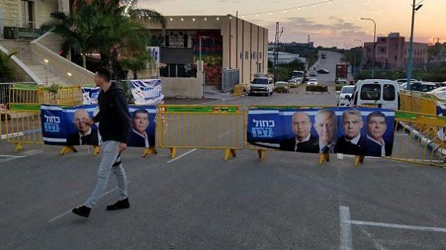 """المنطقة خارج القاعة التي استقبلت تجمعا انتخابيا لحزب """"أزؤق أبيض"""" في مدينة طمرة، 3 أبريل، 2019.  (Adam Rasgon/Times of Israel)"""