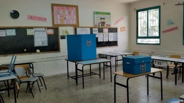 صندوق اقتراع في اكسال، القرية العربية المجاورة للناصرة، 9 ابريل 2019 (Adam Rasgon/Times of Israel)