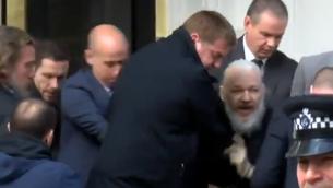 اعتقال مؤسس موقع 'ويكيليكس'، جوليان أسانج في سفارة الإكوادور في لندن، 11 أبريل، 2019.  (Screen grab via Sky News)