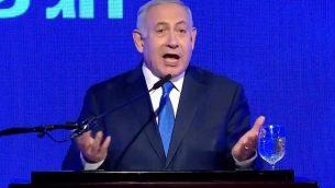 رئيس الوزراء بنيامين نتنياهو يتحدث خلال حدث لحزب 'الليكود' بمناسبة عيد الحانوكاه، 2 ديسمبر، 2018. (screen capture: Facebook)