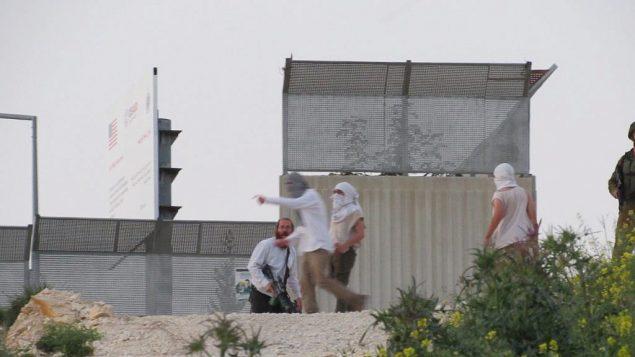 صورة نشرتها منظمة بتسيلم في 13 ابريل 2019 تظهر مستوطنين اسرائيليين خلال اشتباكات في قرية عوريف في شمال الضفة الغربية (Adel Ammar/B'Tselem)