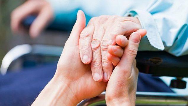 صورة توضيحية لمريض مصاب بمرض الشلل الإرتعاشي (Obencem ؛ iStock by Getty Images)
