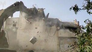 قوات إسرائيلية تقوم بهدم منزل فلسطيني قتل حاخاما وجنديا إسرائيليا في هجوم إطلاق نار، الضفة الغربية، 24 أبريل، 2019.   (IDF Spokesperson's Unit)