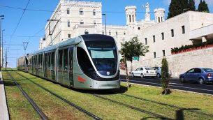 توضيحية: القطار الخفيف في القدس يمر من أمام معهد نوتردام البابوي. (Shmuel Bar-Am)