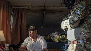 لاري هوبكينز، الجالس في الصورو، والذي يُعرف أيضا ب'سترايكر'، قائد مجموعة ميليشيا 'الوطنيون الدستوريون المتحدون' في نيومكسيكو، داخل عربة تابعة للمجموعة على الحدود الأمريكية-المكسيكية في أنابرا، نيومكسيكو، 20 مارس، 2019.  (Paul Ratje/AFP/Getty Images via JTA)
