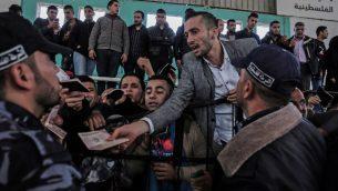 فلسطينيون ينتظرون دخول مصر عبر معبر رفح في جنوب قطاع غزة، 12 ابريل 2018 (Said Khatib/AFP)