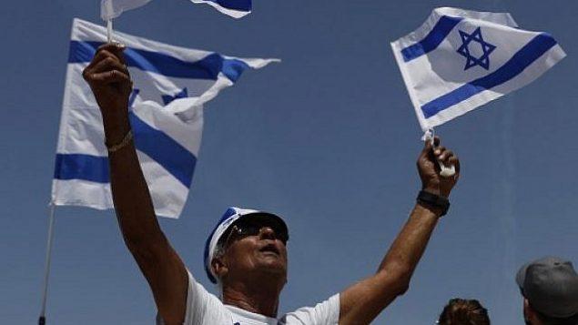 إسرائيليون يتابعون عرضا جويا خلال الاحتفال بيوم الاستقلال السبعين لدولة إسرائيل، 29 أبريل، في تل أبيب. (AFP PHOTO / Ahmad GHARABLI)
