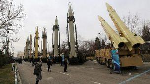 إيرانيون يزورون معرض أسلحة ومعدات عسكرية في العاصمة طهران في 2 فبراير، 2019، تم تنظيمه بمناسبة الذكرى ال40 للثورة الإيرانية. (Atta Kenare/AFP)
