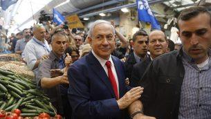 رئيس الوزراء بنيامين نتنياهو في سوق محانيه يهودا في القدس، يوما قبل الانتخابات الإسرائيلية، 8 ابريل 2019 (Menahem Kahana/AFP)