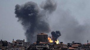 صورة تم التقاطها من قطاع غزة في 4 مايو، 2019، تظهر الدخان يتصاعد في أعقاب غارة جوية إسرائيلية ردا على صواريخ أطلقها مسلحون فلسطينيون. (MAHMUD HAMS / AFP)