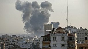الدخان يتصاعد فوق مبان خلال غارة جوية إسرائيلية على مدينة غزة ردا على إطلاق صواريخ من القطاع الساحلي في 4 مايو، 2019.  (Mahmud Hams / AFP)