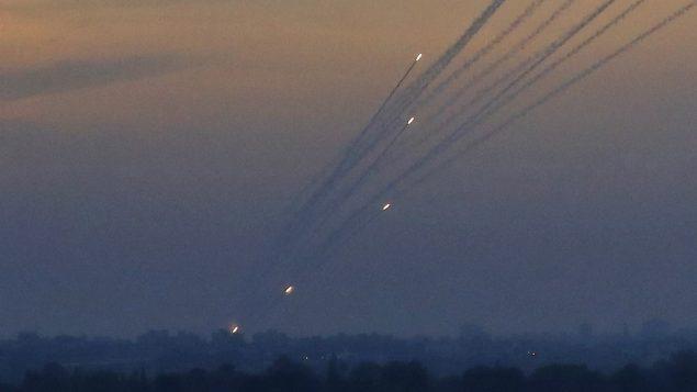 صواريخ فلسطينية يتم إطلاقها باتجاه المناطق الإسرائيلية من قطاع غزة، 5 مايو 2019 (Jack Guez/AFP)