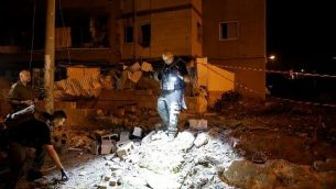 عناصر طوارئ إسرائيلية تحتشد في موقع هجوم صاروخي في مدينة أشدود الإسرائيلية في جنوب البلاد، 5 مايو، 2019. (Photo by Ahmad GHARABLI / AFP)