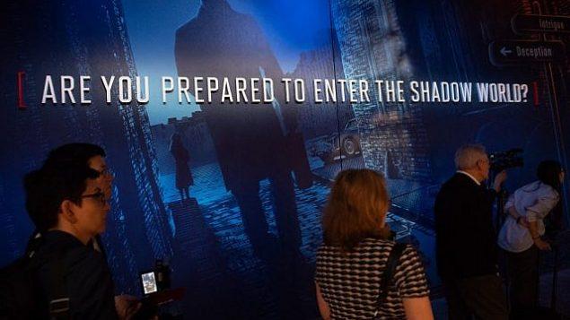 زوار يقومون بجولة في متحف التجسس الدولي خلال معاينة إعلامية قبل افتتاحه في واشنطن، 7 مايو، 2019.  (Saul Loeb/AFP)