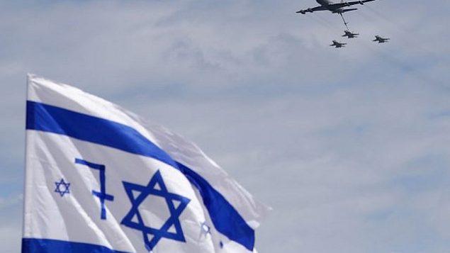طائرة بوينغ من طراز ' KC-135 Stratotanker' وطائرات مقاتلة من طراز  F-16 تابعة لسلاح الجو الإسرائيلي خلال عرض جوي في تل أبيب، 9 مايو، 2019، في إطار احتفالات إسرائيل بيوم إستقلالها ال71.(Jack Guez/AFP)