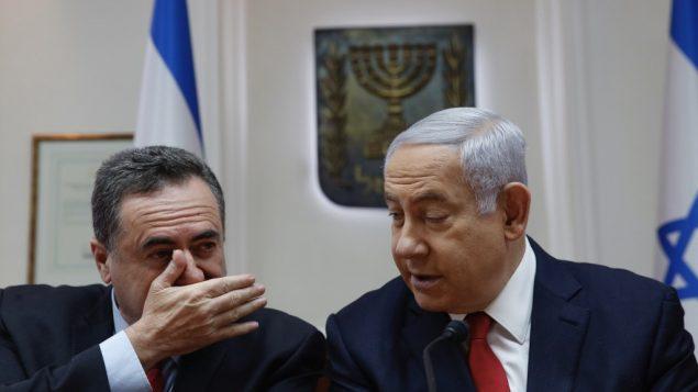 رئيس الوزراء بنيامين نتنياهو يستمع لوزير المواصلات يسرائيل كاتس خلال جلسة الحكومة الاسبوعية في مكتب رئيس الوزراء في القدس، 19 مايو 2019 (Ariel Schalit / various sources / AFP)
