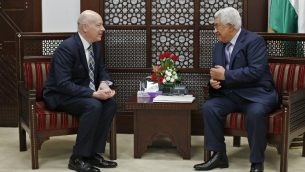 رئيس السلطة الفلسطينية محمود عباس (من اليمين) يلتقي بجيسون غرينبلات، مبعوث الرئيس الأمريكي دونالد ترامب الخاص للمحادثات الدولية، في مدينة رام الله في الضفة الغربية، 14 مارس، 2017. (AFP Photo/Abbas Momani)