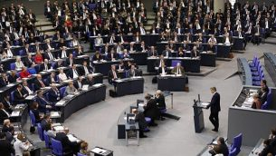 عضو حزب 'البديل من أجل ألمانيا' (AfD) اليميني المتطرف، بيرند باومان، أول متحدث للحزب في البرلمان، يلقي بخطابه خلال أول جلسة للبرلمان المنتخب حديثا في 24 أكتوبر، 2017، في البوندستاغ (أو مجلس النواب) في برلين. (AFP PHOTO / Odd ANDERSEN)